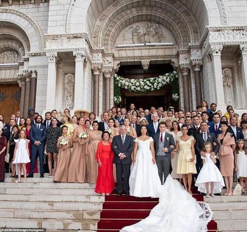 Η οικογενειακή φωτογραφία μετά το τέλος του θρησκευτικού γάμου