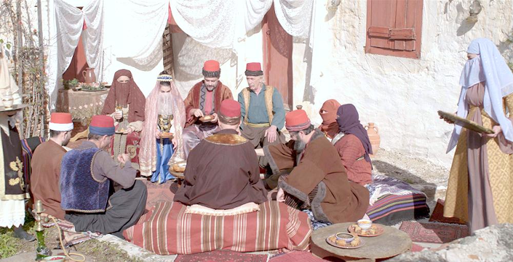 Η Αναστασία Παντούση ντυμένη Τουρκάλα σε σκηνή από την σειρά «Το Κόκκινο Ποτάμι»