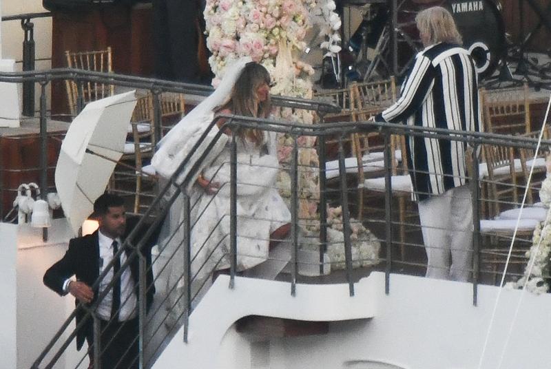 Η Χάιντι Κλουμ με το δραματικό και πρωτότυπο νυφικό της στο γάμο της