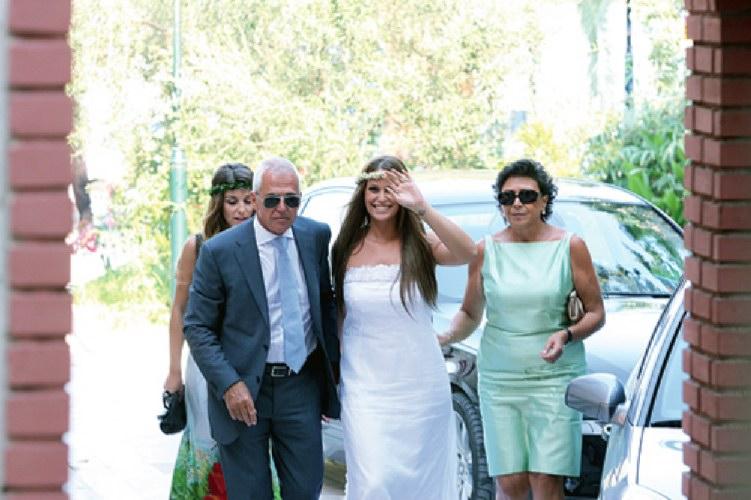Σίσσυ Χρηστίδου νύφη, στην εκκλησία με τους γονείς της