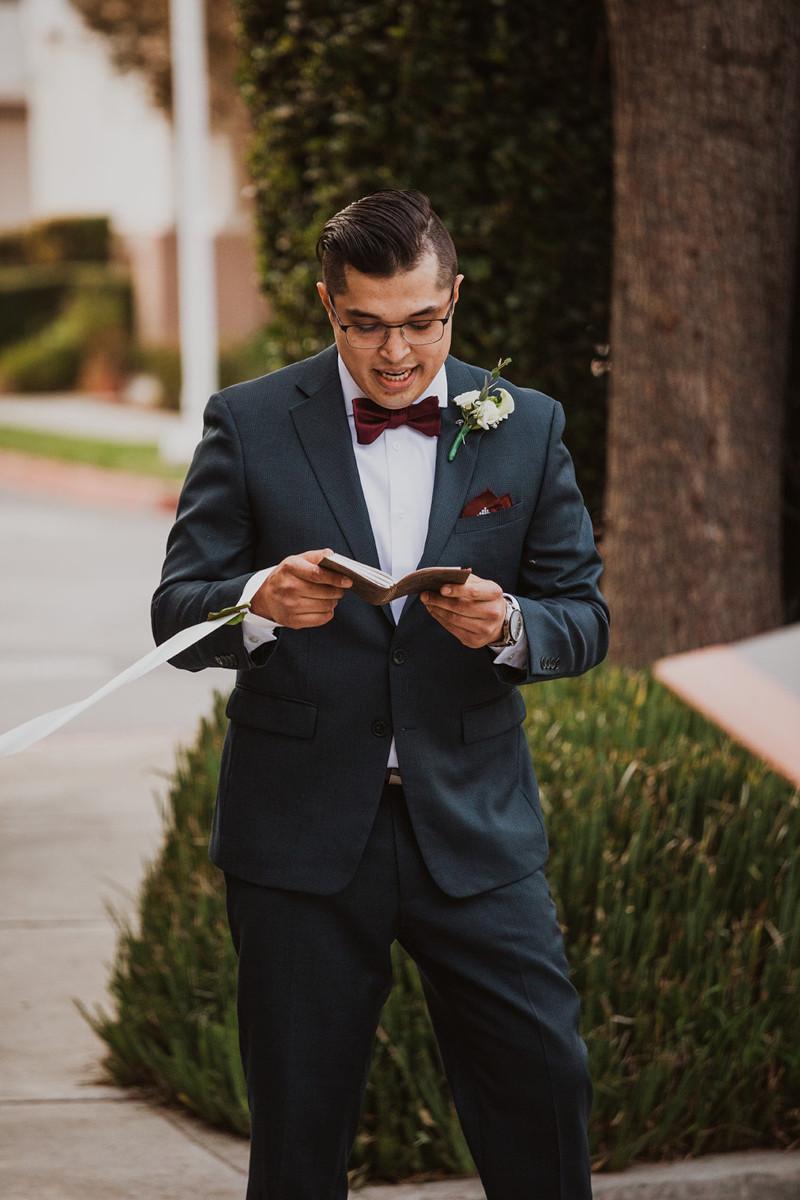 Γαμπρός διαβάζει όρκους γάμου