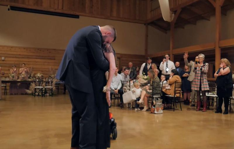 Η συγκινητική στιγμή του χορού μητέρας - γιου