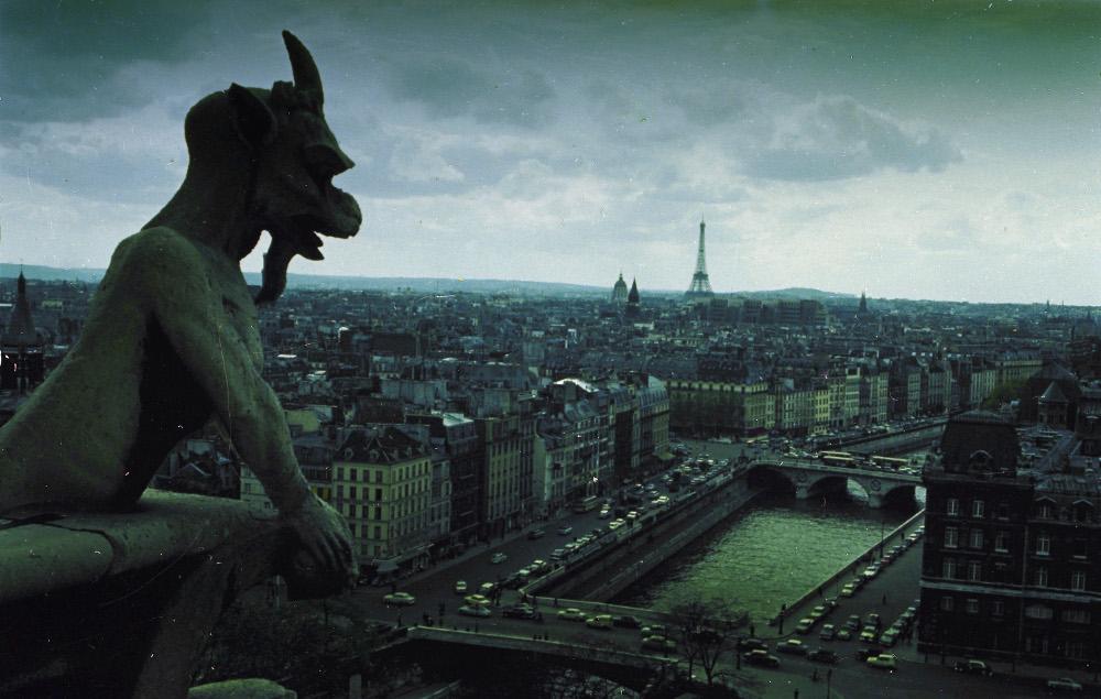Άγαλμα, γκαργκόιλ στην Παναγία των Παρισίων και θέα στον πύργο του Άιφελ