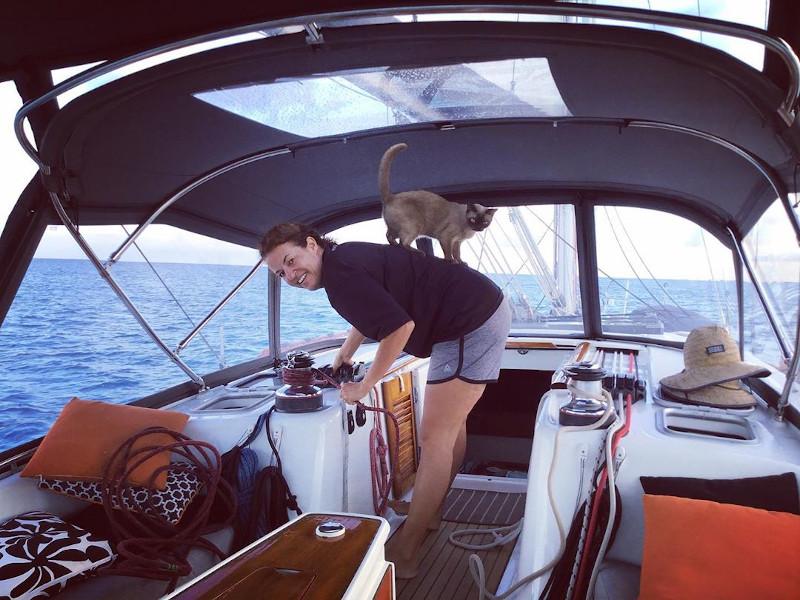 η γάτα πάνω στην πλάτη της ιδιοκτήτριάς της στο σκάφος