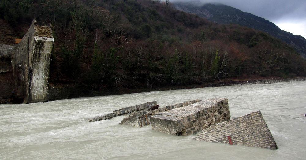 Τα ερείπια από το γεφύρι της Πλάκας μετά στα Τζουμέρκα
