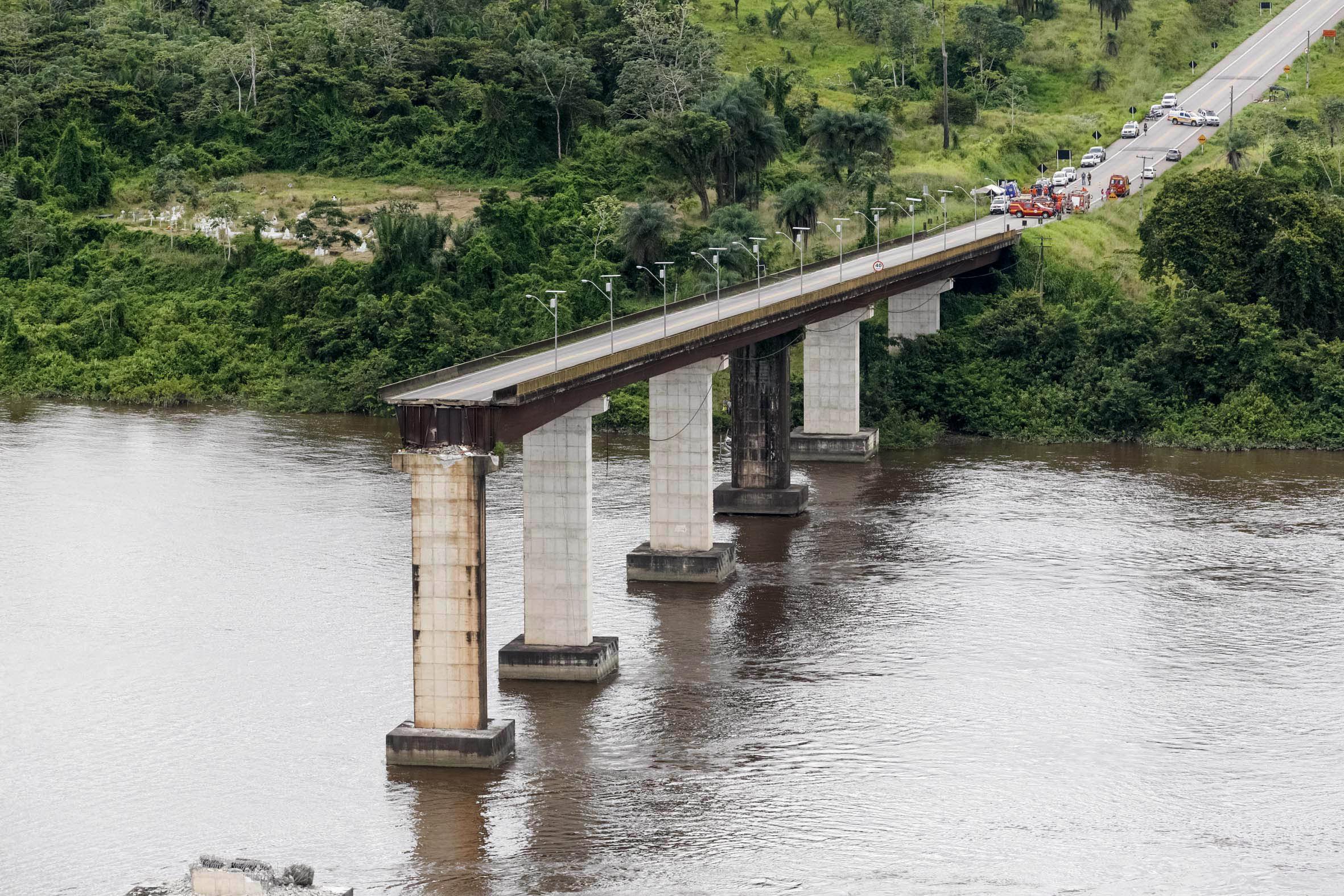 Κομμάτι της γέφυρας έχει καταρρεύσει