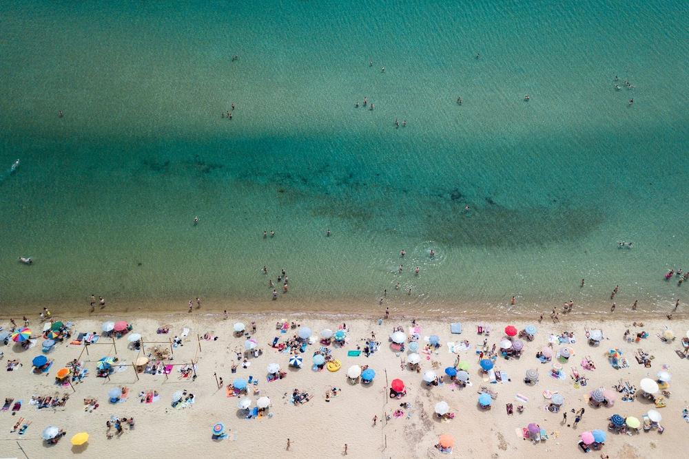Γέμισαν κόσμοι οι οργανωμένες παραλίες το πρώτο Σαββατοκύριακο άρσης των μέτρων / Φωτογραφία: Konstantinos Tsakalidis / SOOC
