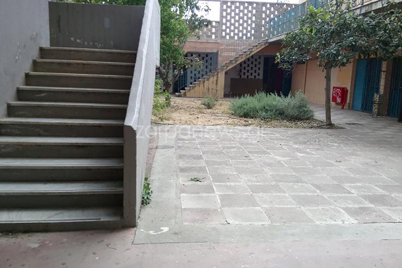 Εικόνα από το προαύλιο του σχολείου και το σημείο όπου έπεσε ο νεαρός.