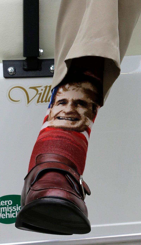 Ο Τζορτζ Μπους είχε ακόμη και κάλτσες με το πρόσωπό του, τις οποίες φορούσε σε δημόσιες εμφανίσεις του