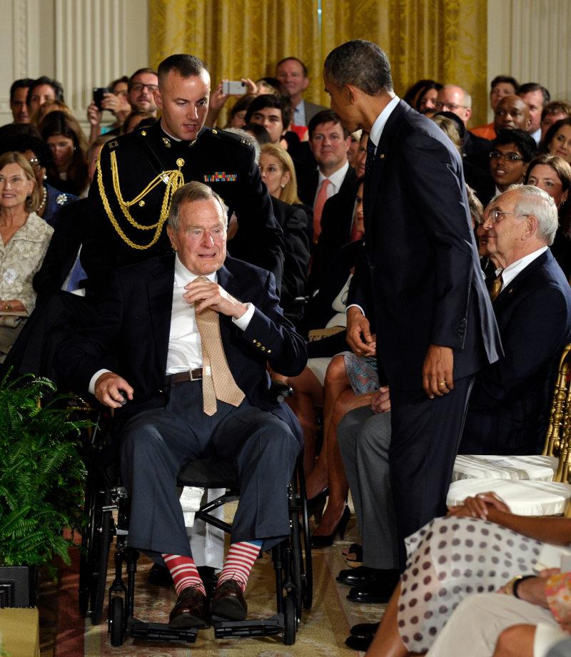 Ο Τζορζτ Μπους ο πρεσβύτερος γίνεται δεκτός στον Λευκό Οίκο από τον τότε Αμερικανό πρόεδρο, Μπαράκ Ομπάμα