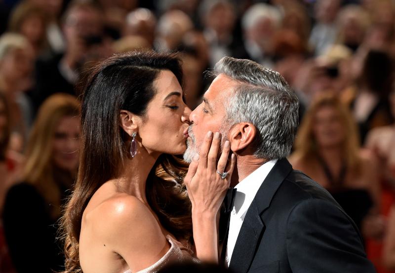 Το φιλί της Αμάλ Αλαμουντίν στον Τζορτζ Κλούνεϊ στην βράβευσή του στο  AFI Life Achievement Award Tribut