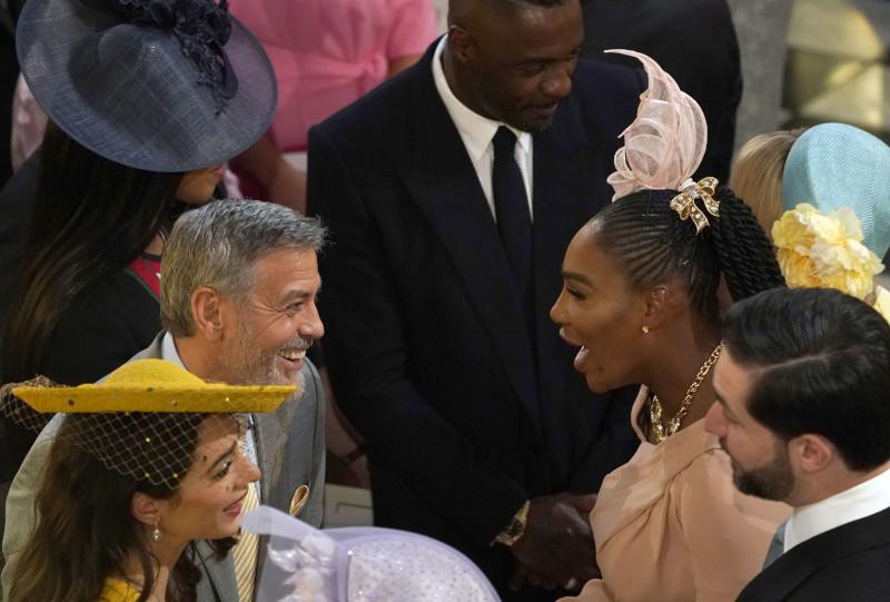 Ο Τζορτζ Κλούνεϊ με την σύζυγό του Αμάλ και την Σερένα Γουίλιαμς στον γάμο του πρίγκιπα Χάρι και της Μέγκαν Μαρκλ