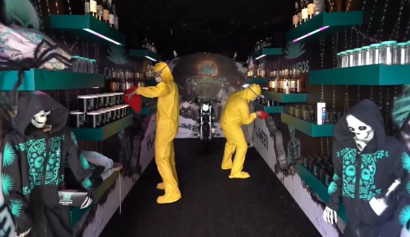 Οι δύο άνδρες φρόντισαν να απολυμάνουν εξονυχιστικά το εσωτερικό του φορτηγού προτού ξεκινήσουν τις παραδόσεις