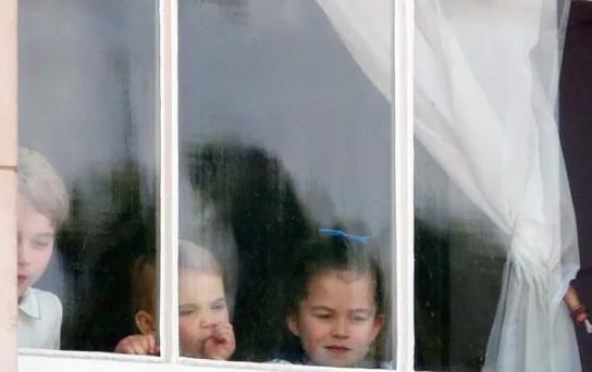 πρίγκιπας Λούις με δάχτυλο στο στόμα, στο παράθυρο του Μπάκιγχαμ 2019