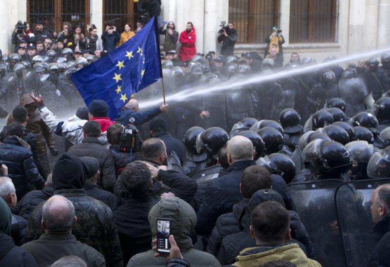 Η αστυνομία έκανε χρήση αντλιών νερού υπό πίεση κατά των διαδηλωτών / Φωτογραφία: AP