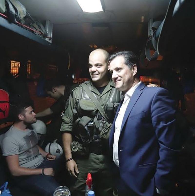 Ο Α.Γεωργιάδης μαζί με τους άνδρες των ΜΑΤ