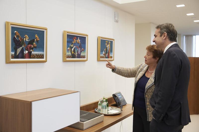 Ο πρωθυπουργός Κυριάκος Μητσοτάκης μπροστά από πίνακες συνομιλεί με τη Γενική Διευθύντρια του Διεθνούς Νομισματικού Ταμείου (ΔΝΤ) , Κρισταλίνα Γκεοργκίεβα