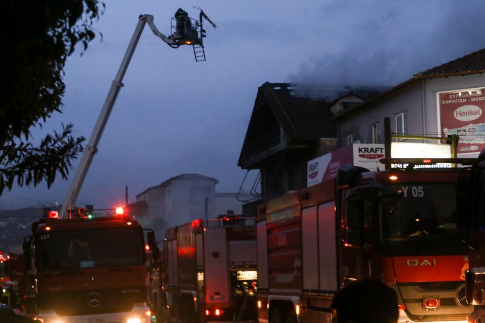 Μεγάλη φωτιά σε συνεργείο αυτοκινήτων στο Γέρακα
