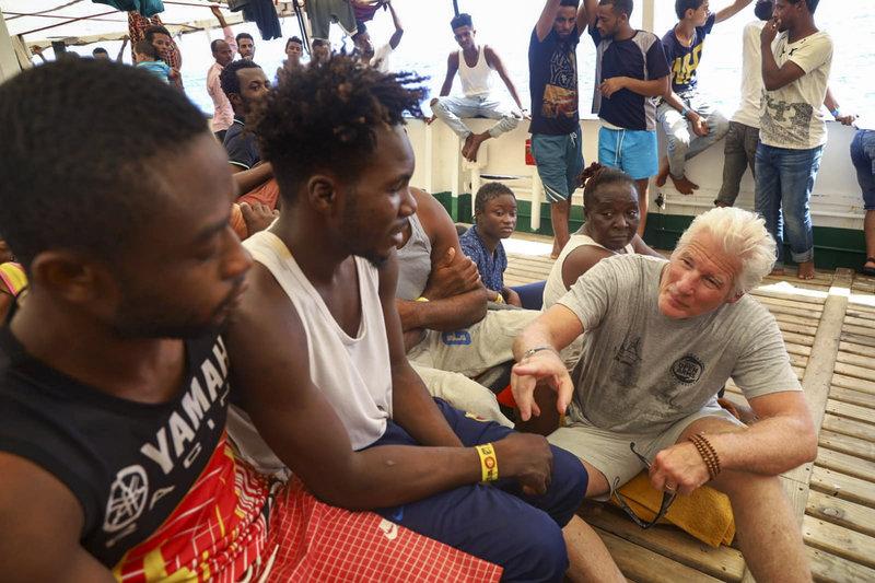 Ο Ρίτσαρντ Γκιρ συνομιλεί με μετανάστες