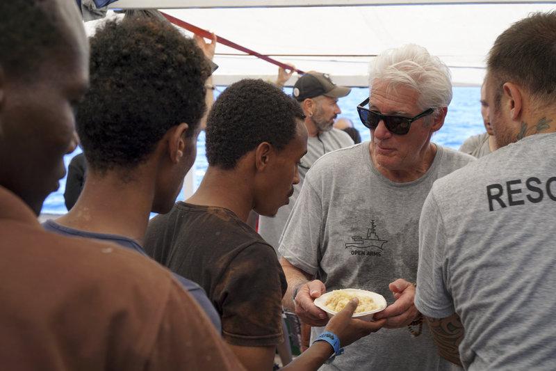 Ο Ρίτσαρντ Γκιρ δίνει τρόφιμα σε μετανάστες