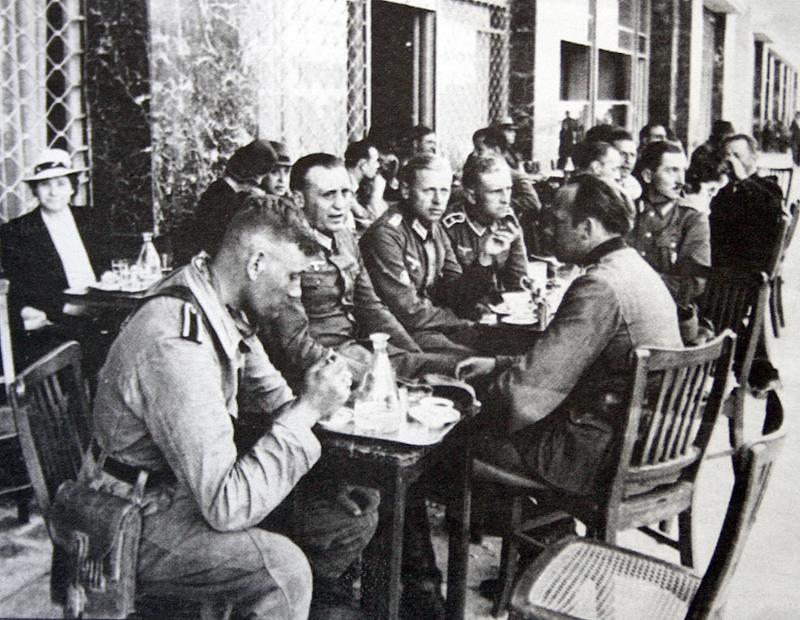 Γερμανοί αξιωματικοί και στρατιώτες σε τραπεζάκια καφενείου της Αθήνας.