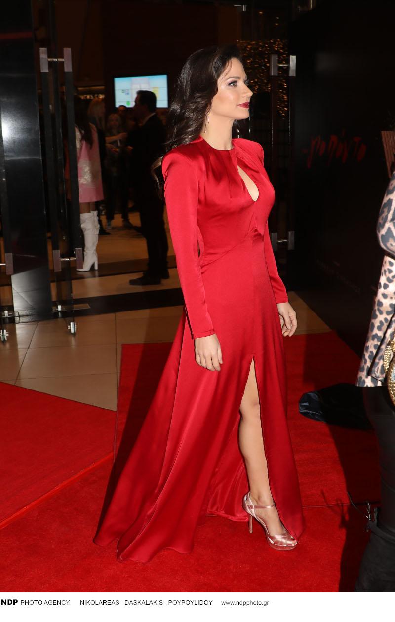 Η Κατερίνα Γερονικολού με κατακόκκινο φόρεμα