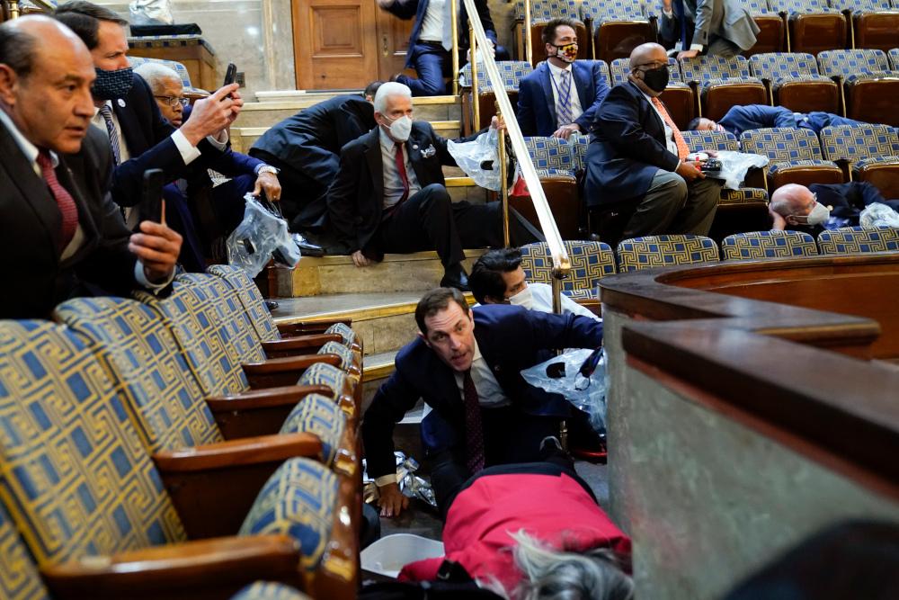 Γερουσιαστές κρύβονται στο Καπιτώλιο