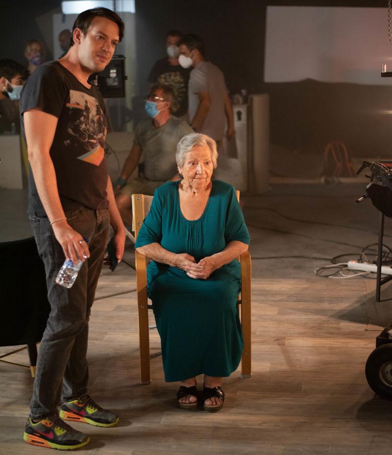 Η εκπληκτική γιαγιά Τούλα παρακολουθεί με αγωνία τα γυρίσματα του τρέιλερ της Δανάης Μπάρκα