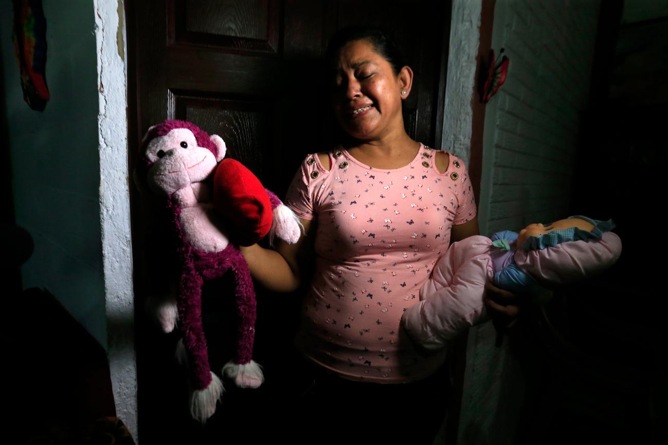 Γιαγιά 2χρονης κλαίει κρατώντας τα παιχνίδια της εγγονής της