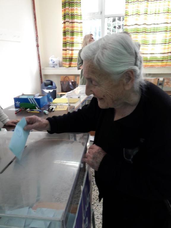 Γιαγιά ψηφίζει