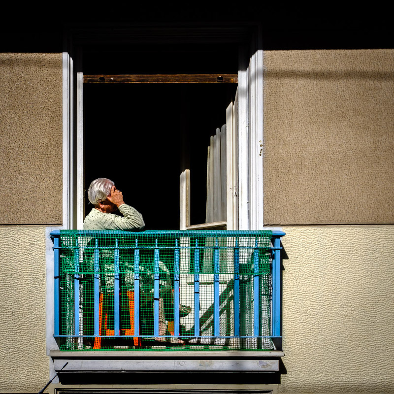Γιαγιά σε μπαλκόνι