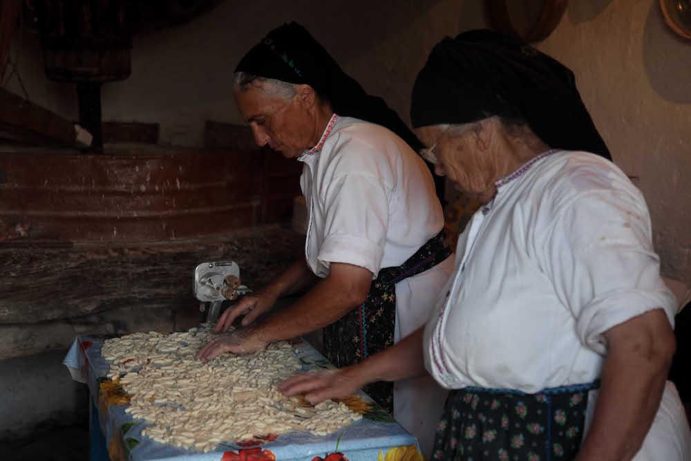 Γιαγιάδες φτιάχνουν παραδοσιακά ζυμαρικά, τις λεγόμενες «μακαρούνες»
