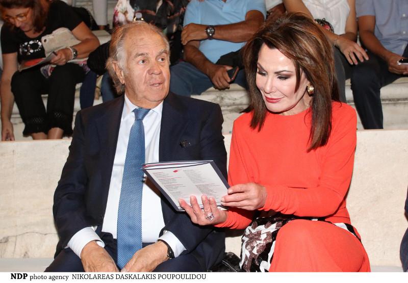 Θεόδωρος Αγγελόπουλος, Γιάννα Αγγελοπούλου, διαβάζουν φυλλάδιο στο Ηρώδειο