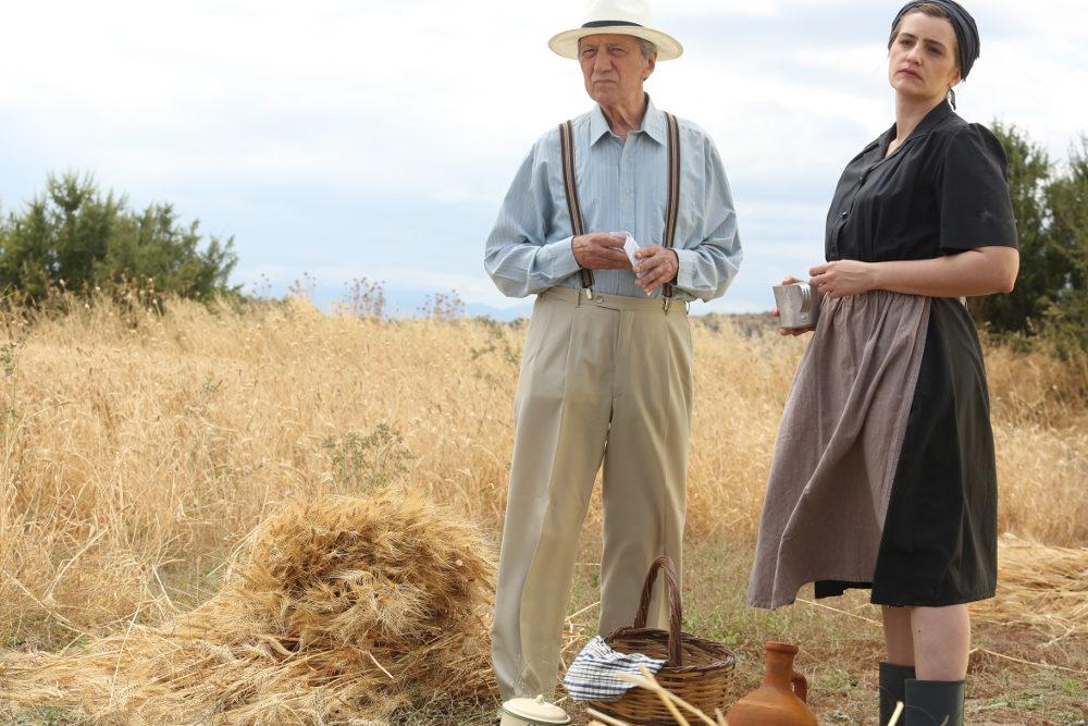 Ο Γιάννης Φέρτης και η Μαρία Κίτσου στα γυρίσματα της σειράς Άγριες Μέλισσες