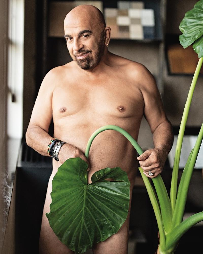 Ο Γιάννης Ζουγανέλης γυμνός με ένα φύλλο στα επίμαχα σημεία