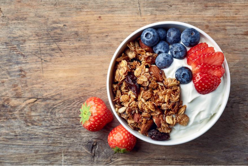 γιαούρτι με φρούτα και ξηρούς καρπούς