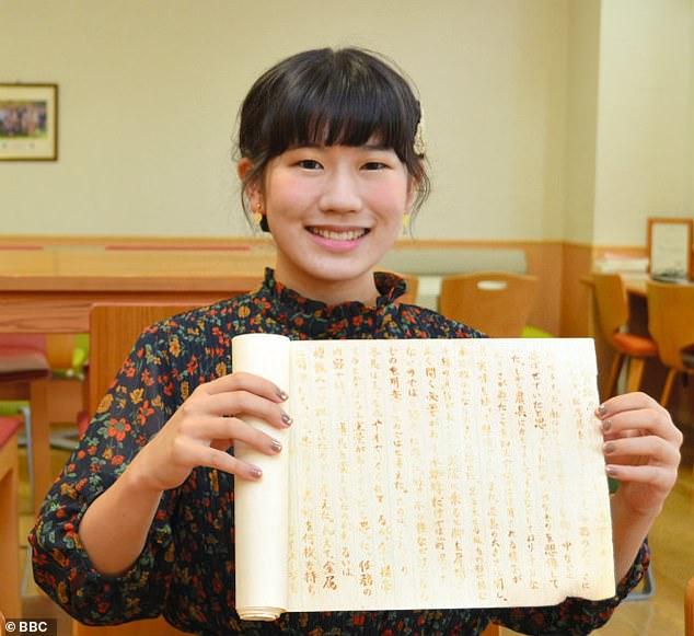 Η Γιαπωνέζα φοιτήτρια κρατώντας την εργασία της