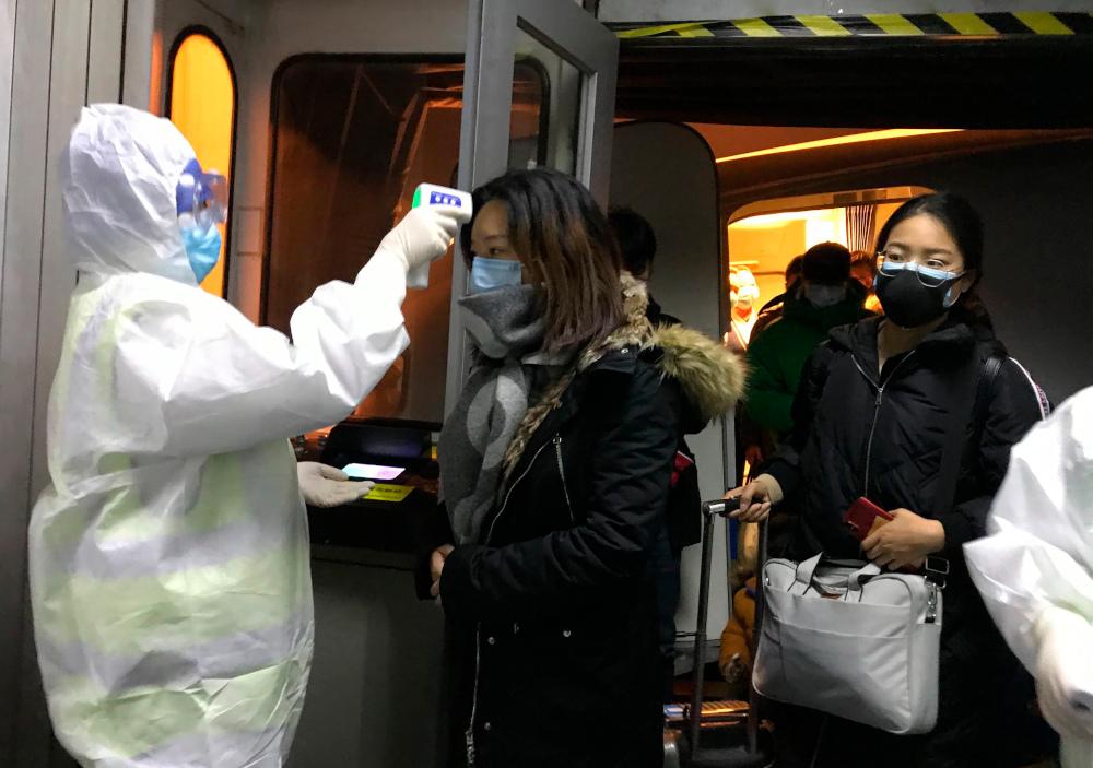 Ελεγχος επιβατών αεροπλάνου από γιατρό για θερμοκρασία