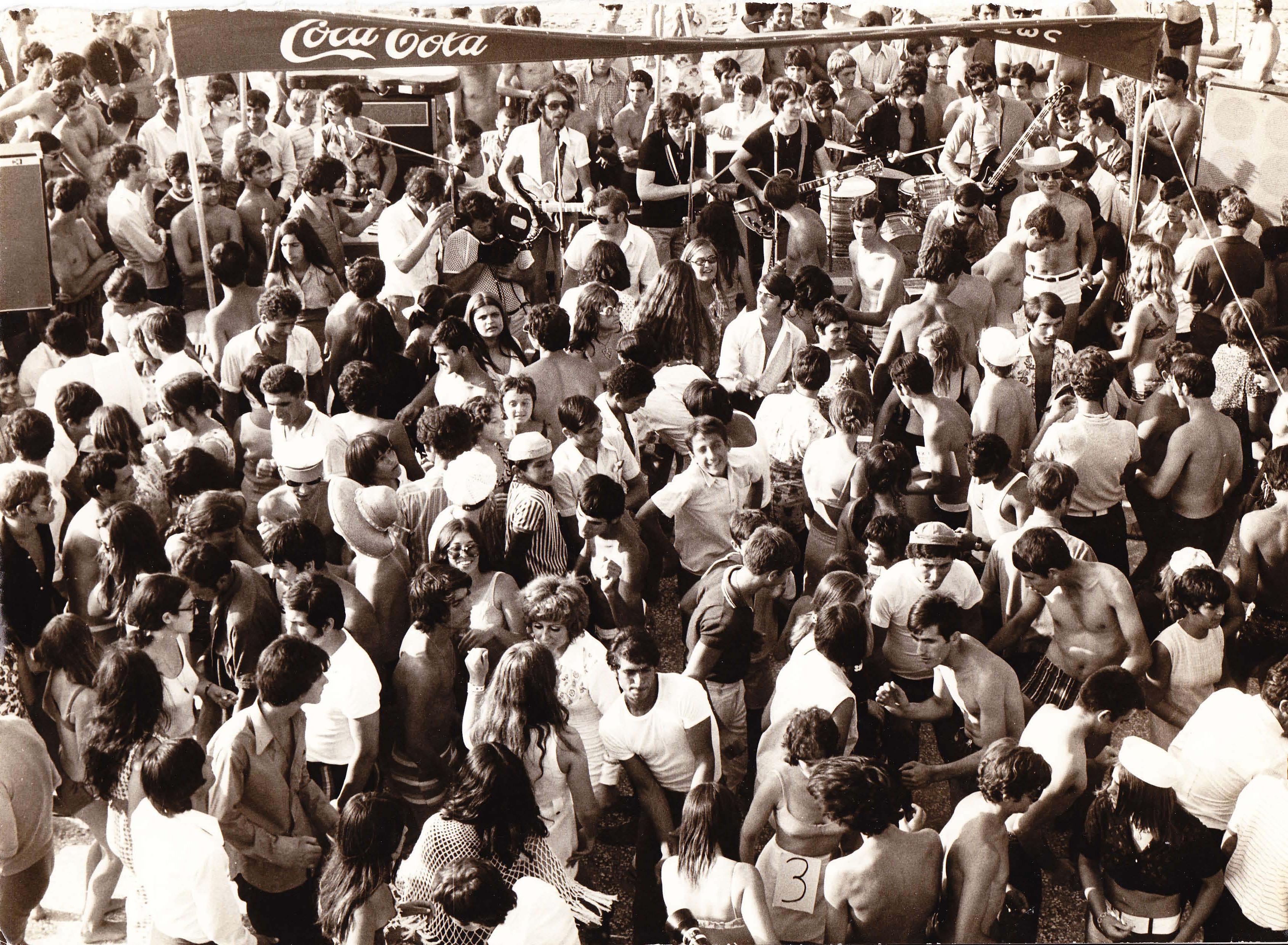 Beach party γιεγιέδων. Φωτογραφία έτους 1967 (;), Αρχείο Γιάννη Νέγρη.