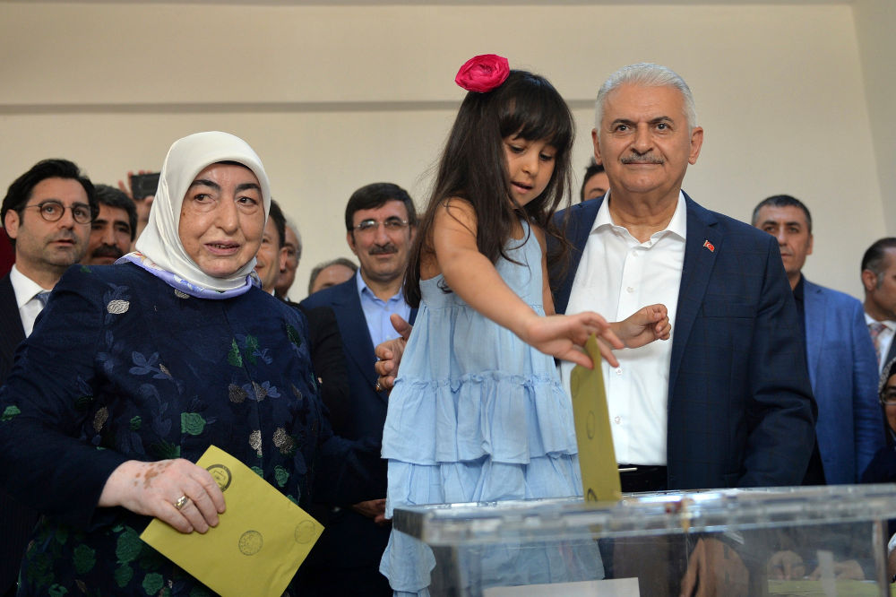 Ο Μπιναλί Γιλντιρίμ με την εγγονή του ψήφισε το μεσημέρι της Κυριακής