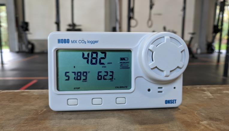 Ο μετρητής διοξειδίου του άνθρακα που χρησιμοποιήθηκε για την παρακολούθηση του επιπέδου στον εσωτερικό χώρο του γυμναστηρίου