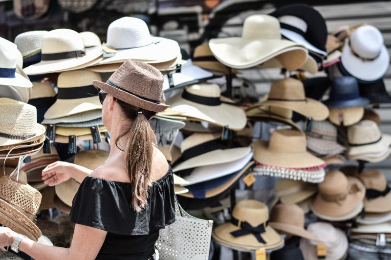 Γυναίκα διαλέγει καπέλο