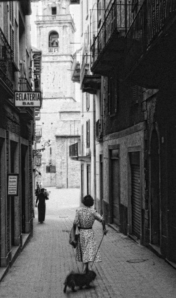 Μία από τις φωτογραφίες που είναι πιο εύκολο να ταυτοποιηθεί είναι αυτή από κάποιο στενό σοκάκι ίσως στην Ιταλία