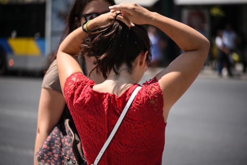 Γυναίκα πιάνει με λαστιχάκι τα μαλλιά της