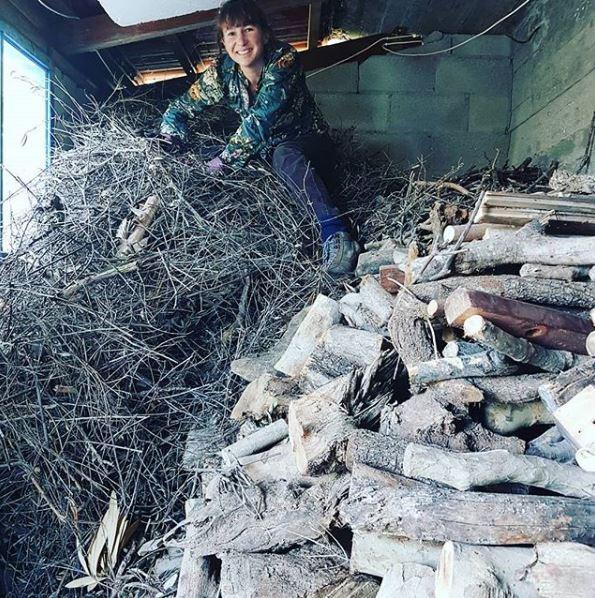Η Στεφ μαζεύοντας ξύλα για τον χειμώνα στο χωριό