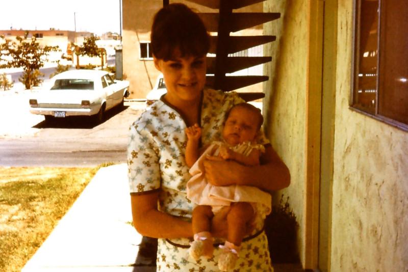 Η μητέρα της Μπαμπστ Κάθι Χολμ με την κόρη της. Δεν είχε ιδέα πως ο σύζυγός της δεν ήταν ο βιολογικός πατέρας του παιδιού της