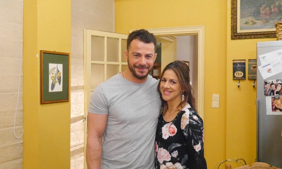 Ο Γιώργος Αγγελόπουλος με την ηθοποιό Βίβιαν Κοντομαρή στα γυρίσματα της σειράς «Το Σόι Σου»