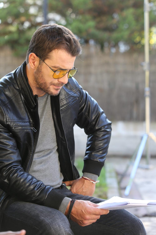 Ο Γιώργος Αγγελόπουλος διαβάζει τα λόγια του ρόλου του για τα γυρίσματα της σειράς «Αν Ήμουν Πλούσιος»