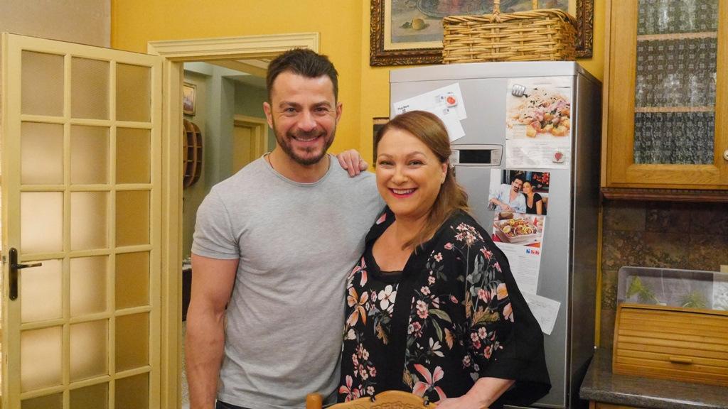 Ο Γιώργος Αγγελόπουλος και η Ρένια Λουιζίδου στα γυρίσματα της σειράς «Το Σόι Σου»