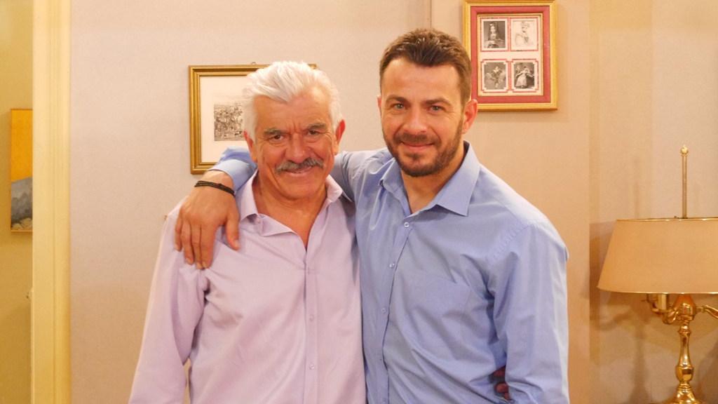 Ο Γιώργος Αγγελόπουλος και ο Γιώργος Γιαννόπουλος στα γυρίσματα της σειράς «Το Σόι Σου»